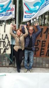 Lavoratori dell'Istituto Martuscelli di Napoli incatenati ai cancelli della struttura