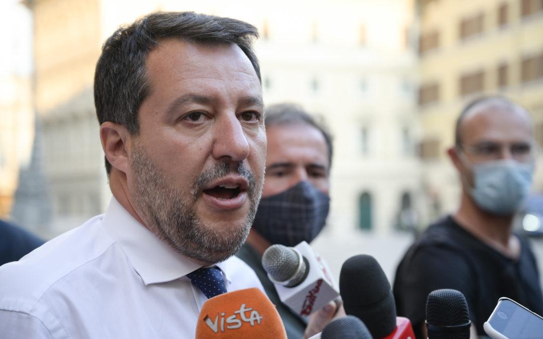 Migranti, nuovo affondo di Salvini su Lamorgese